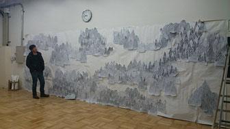 「奴奈川キャンパス(仮)」参加作品「もりのおくりもの」下絵と鞍掛先生。現地で、皆で彫って完成させます!