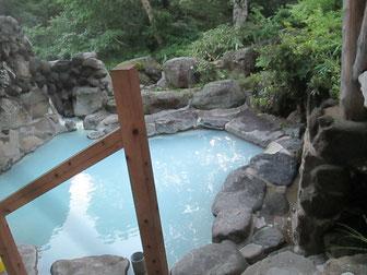 露天風呂はきれいな青灰色でした