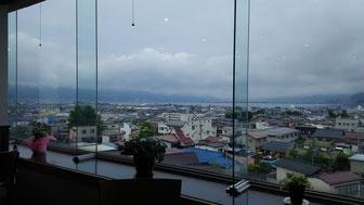 諏訪湖越しの八ヶ岳、今朝は雲の向こうです