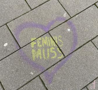 """Herz mit """"Feminis-Muss"""" Aufschrift"""