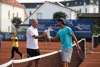 Handshake nach dem Halbfinale zwischen Christian Schäffkes und Vorjahres-Sieger  Dominik Pfeiffer