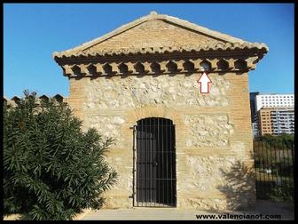 La flecha indica  hasta donde llegó el agua de la riada de la ciudad de Valencia en 1957.