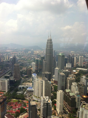 KL TowerからPetronas Twin Towersを望む