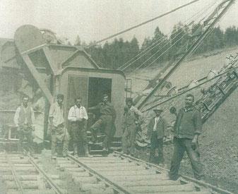 Bergbauarbeiter am Kohlgrabenbach (südlich von Aspang) um 1920.