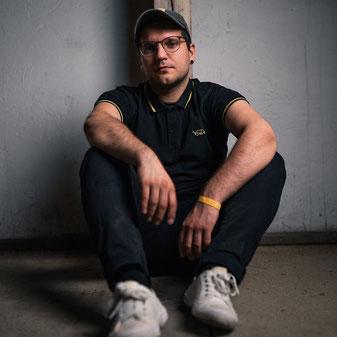 Daniel Stach auf dem Boden sitzend
