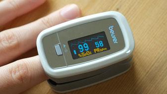 Cuando asistas a consulta se te toma lectura de la saturación de oxígeno. Si está por debajo de 92% se tomará nuevamente. Si persiste, se te recomendará acudir a un médico.