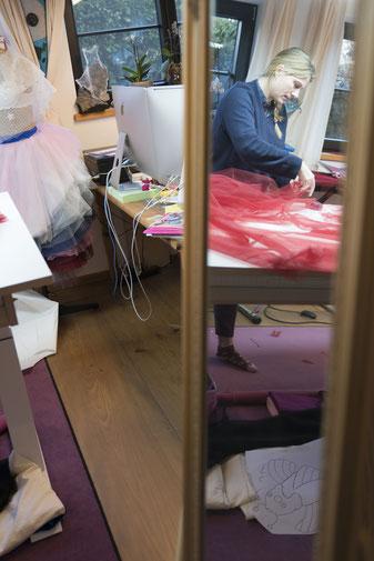 Sonja Stern im Spiegelbild, beim drapieren von Tüll