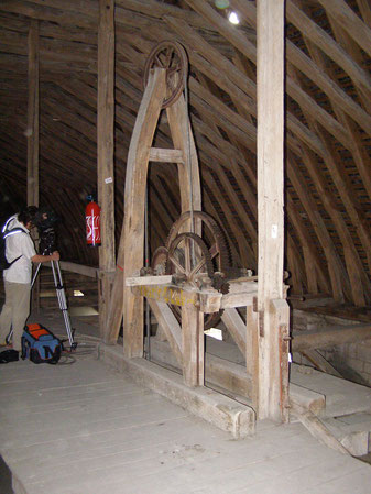 Le mécanisme pour descendre et remonter le grand lustre reste inchangé depuis 1868 et il faut environ 3 heures pour le descendre manuellement.