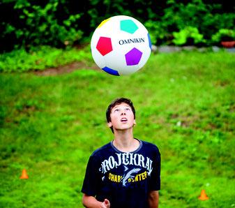 Ballon géant de football Omnikin de Kin ball. Ballon de kin-ball soccer pour jouer au football avec un gros ballon.
