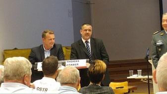 Den Chef der Armee (rechts) und den Kandidaten für das Stadtpräsidium Francesco Rappa (links) scheint meine Aussage zu freuen...