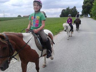 Drei Kinder bei Pony-Ausritt