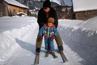 Die ersten Versuche auf den Skiern mit meinem Vater.