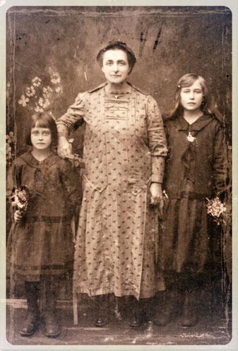 Margarita Hetterle (geb. König) mit Töchtern Aneta (links) und Ida (meine Mutter)