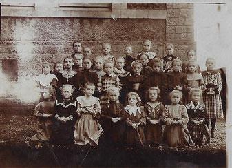1898  Kneiend 3. vun Riets: Siedler Mina Fra vum Faber Tony a Bom vum Josée-Anne Fourné an Claude Arend.