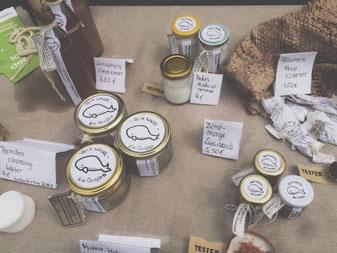 Naturkosmetik-Produkte beim Verkauf, die Geschäftsidee von SOMMERUNTERNEHMERIN Fiona