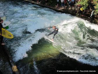 Originalité: Surf sur l'Eisbach, dans le jardin anglais de Munich