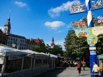 Tourisme - le Viktualienmarkt, marché aux victuailles, au centre ville de Munich, avec son Biergarten et ses différents étals