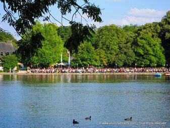 Biergarten au bord du lac dans le jardin anglais de Munich