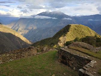 vue sur la terrasse de Choquequirau avec les montagnes et les nuages en fond