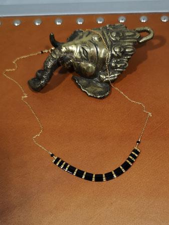 Perles noires sur chaîne plaqué or