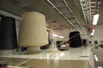 Nella tessitura si utilizzano macchine Shima Seiki di varie finezze.