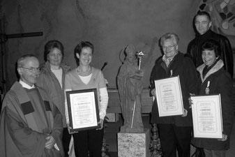 Theodulsmadaille für 25 Jahre Kirchenchor v.r.n.l Rosmarie, Bernadette & Lisi