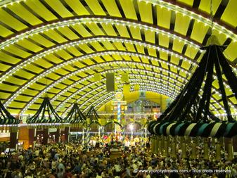 Incontournables lors d'un séjour à Munich: les tentes de la fête de la bière, l'Oktoberfest