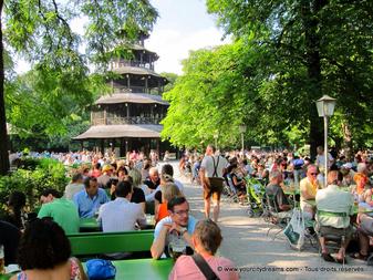 visiter la Bavière - Biergarten, Chinesischer Turm, dans le jardin anglais de Munich
