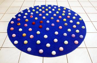 Blumenteppich, 2009. (Kunstrasen, gefärbte Gipsobjekte. Durchmesser ca. 150 cm. Installationsansicht Kulturnacht Worms)