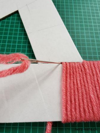Kartonbuchstaben mit Wolle umwickeln