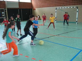 """Augen auf die grüne Kugel: Die Drittklässler und Viertklässler """"jagen"""" den Fußball"""