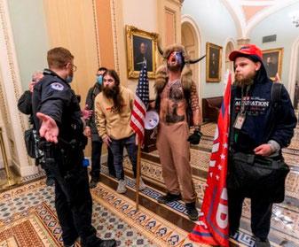 Venligsindet politimand diskuterer med højreekstremister i Kongressen