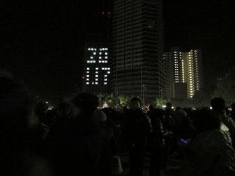 大震災から20年の朝を迎えた神戸。1.17のつどいが開かれた東遊園地には例年以上の参列者が訪れた=1月17日午前5時半、神戸市中央区(撮影:阪田裕介)