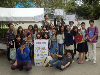 毎年開かれる京都学生祭典でも活動を展開= 2014年10月12日、京都市左京区・平安神宮(日 中学生交流団体「freebird」提供)