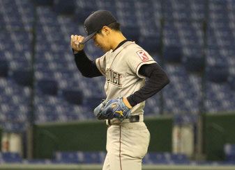 それまで好投を続けてきた西川だが、八回に2本の適時打で先制許す