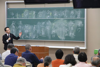 会場からの質問に答える澁澤教授= 4月25日午後、末川記念会館講義室