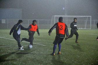 雨中でも選手たちの運動量は衰え ない=3月3日、滋賀県栗東市
