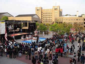 新歓祭典の最後のエン ディング・ステージは 必見だ=2014年4 月 26 日、BKC