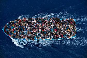 写真は「マッシモ・セスティーニ(イタリア)2014年6月7日、リビア沖」
