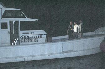 尖閣海域から石垣島に戻った「頑張れ」の漁船=12日午後8時過ぎ、登野城漁港