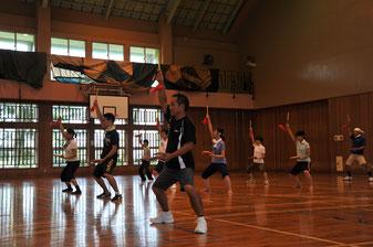 地元青年団の指導のもと練習に励む奈良民舞の会の皆さん