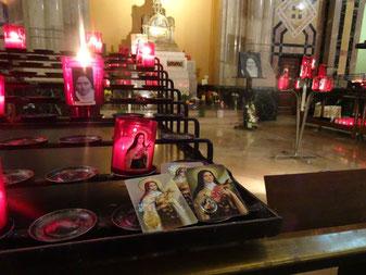 Cartes prière présentées devant l'autel Sainte Thérèse