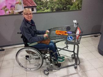 Melli mit einem rollstuhlgerechten Einkaufswagen in einem Supermarkt in Trier