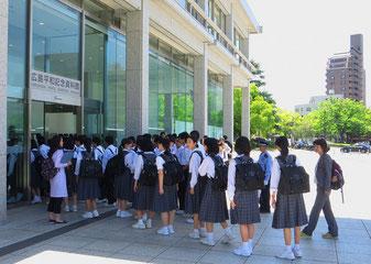Schulklassen besuchen das Museum in Hiroshima. Schwer verträgliche Kost, auch für uns.