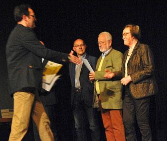 LAZ-Stützpunktleiter Jürgen Palm ehrt die ehemalige Vorsitzende Martha Krasenbrink für 13 Jahre hochengagierte, vortreffliche Vereinsarbeit. (Foto: Bernfried Knipping)