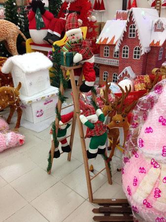 Warum klettern die als schottische Weihnachtsmänner verkleideten Schneemänner auf eine Leiter auf der einen Seite hoch und auf der anderen wieder herunter? Fragen über Fragen ...