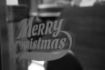 """""""Merry Christmas"""" an einer Schaufensterscheibe in Quanzhou."""