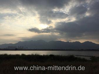 Sonnenuntergang über dem Min-Fluss in Fuzhou (Südostchina). Kein Photoshop! Es ist wirklich so schön. Fast jeden Tag. Die Mündung ins Meer ist ca. 30 km entfernt. Menschen baden täglich hier - im Abflussrohr der größten Fabriken der Provinz.