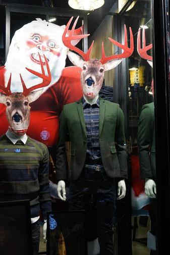 Weihnachtsdeko in einem Bekleidungsgeschäft. Der Sinn dieser Deko muss im Abschrecken potenzieller Kunden liegen.