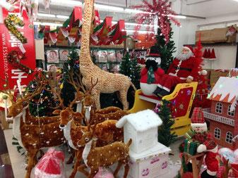 Weihnachtsdeko in einem Großmarkt in Quanzhou. Ja, sowas kaufen die Leute hier! Eine Woche später war alles ausverkauft.